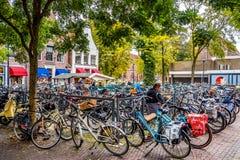 Fahrr?der geparkt in der Mitte der alten Hanseatic Stadt von Zwolle in den Niederlanden stockbild