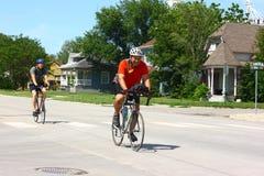 Fahrrad über den Kansas-Teilnehmern, die Stadt betreten Lizenzfreies Stockfoto