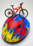 Fahrrad über einem Sturzhelm Stockbild
