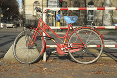 Fahrrad gebunden am Zaun Stockfoto