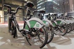 Fahrrad-Anteil-Fahrräder bedeckt im Schnee in Toronto Lizenzfreie Stockfotografie