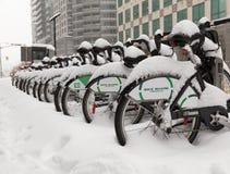 Fahrrad-Anteil-Toronto-Fahrräder bedeckt im Schnee Stockbilder