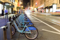 Fahrrad-Anteilgestell in San Francisco nachts Stockbilder