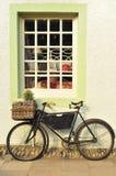 Fahrrad außerhalb eines altmodischen Systems Lizenzfreies Stockfoto