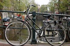 Fahrrad auf Amsterdam-Kanal Stockfotos