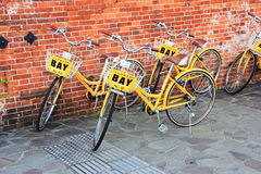 Fahrrad auf Bürgersteig Stockfotos