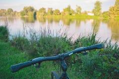Fahrrad auf dem Fluss Lizenzfreie Stockbilder