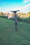 Fahrrad auf dem Fluss Lizenzfreie Stockfotografie