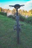 Fahrrad auf dem Fluss Lizenzfreie Stockfotos