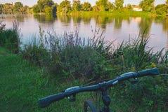 Fahrrad auf dem Fluss Lizenzfreies Stockbild