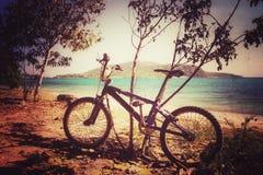 Fahrrad auf dem schönen Strand Lizenzfreie Stockfotografie