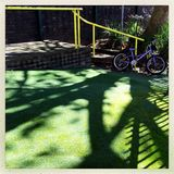 Fahrrad auf dem Spielplatz Lizenzfreie Stockbilder