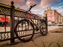 Fahrrad auf dem Stadtzentrum-Bürgersteig Stockbild
