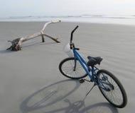 Fahrrad auf dem Strand Lizenzfreies Stockbild
