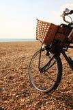 Fahrrad auf dem Strand in Brighton Stockbilder