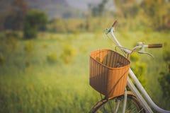 Fahrrad auf dem Weg geparkt zum Morgensonnenlicht stockfoto