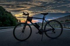 Fahrrad auf der Autobahn Stockfoto