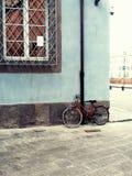 Fahrrad auf der blauen Wand Lizenzfreie Stockbilder