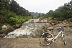 Fahrrad auf der Brücke kreuzen vorbei Fluss: Dorf Khiriwong Fuit, Nakhon-Si Thammarat Thailand Lizenzfreie Stockfotos