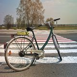 Fahrrad auf der Stra?e gegen den sch?nen Himmel lizenzfreie stockfotos