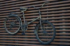 Fahrrad auf der Wand Lizenzfreies Stockbild
