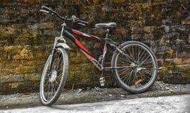 Fahrrad auf der Wand stockbild