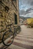 Fahrrad auf der Wand Lizenzfreie Stockfotografie