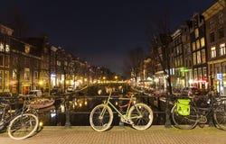Fahrrad auf einer Brücke in Amsterdam Lizenzfreies Stockfoto