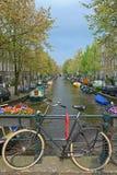 Fahrrad auf einer Brücke in Amsterdam Lizenzfreie Stockfotos