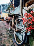 Fahrrad auf einer Gasse stockbilder