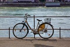 Fahrrad auf einer Straße Stockbilder
