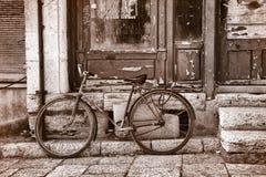Fahrrad auf einer Straße in Tirana Lizenzfreies Stockfoto