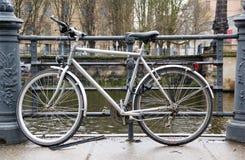 Fahrrad auf Flussufer lizenzfreies stockfoto
