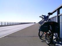 Fahrrad auf gerader Brücke Lizenzfreies Stockbild