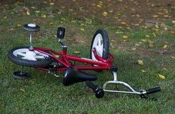 Fahrrad auf Gras Lizenzfreies Stockfoto