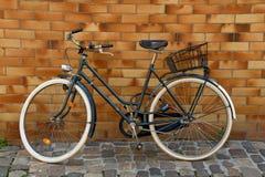 Fahrrad auf Kopfsteinstraße Stockfotografie