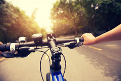 Fahrrad auf Schneise Stockfoto