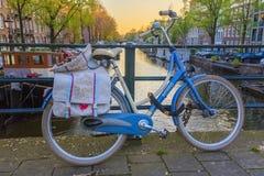 Fahrrad auf Steg in Amsterdam stockbild