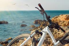 Fahrrad auf Strand nahe dem Meer Stockbilder