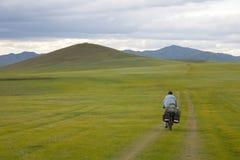 Fahrrad, das über Mongolei bereist Lizenzfreie Stockbilder