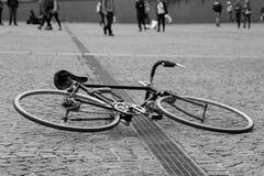 Fahrrad, das auf der Pflasterung liegt lizenzfreie stockfotos