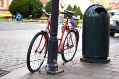 Fahrrad, das auf einem Bürgersteig steht Stockfoto