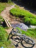Fahrrad, das auf Gebirgsweg liegt Stockfoto
