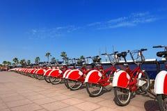 Fahrrad, das in Barcelona Spanien teilt stockbilder