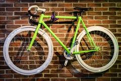 Fahrrad, das an der Backsteinmauer hängt Stockfoto
