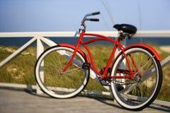 Fahrrad, das an der Schiene sich lehnt Lizenzfreies Stockfoto