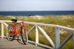 Fahrrad, das an der Schiene sich lehnt Lizenzfreie Stockfotografie