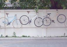 Fahrrad, das an der Wand hängt Stockbild