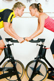 Fahrrad, das in die Gymnastik spinnt Stockfotos
