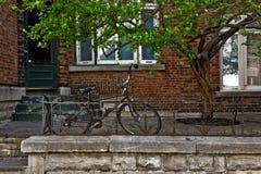 Fahrrad, das gegen ein Geländer sitzt Stockfotos